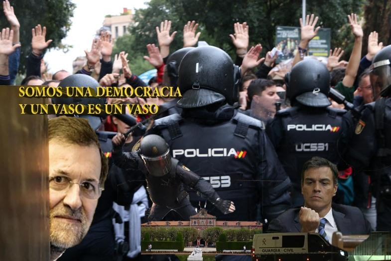 Pla mig d'agents de la policia espanyola d'esquenes intentant impedir el pas de ciutadans que feien cua per votar a l'Esc
