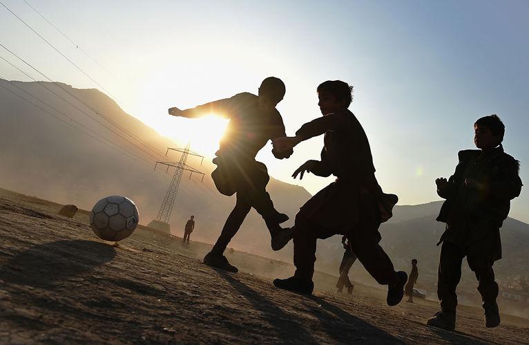 nens-juguen-futbol-descampat-Kabul_2006209585_53425630_766x500